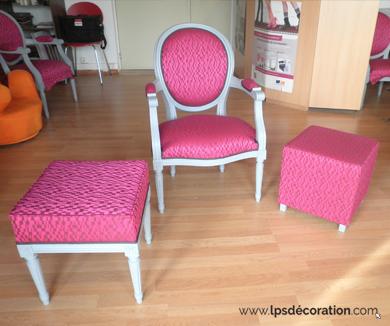 tapisserie-fauteuil-deux-poufs